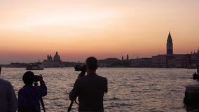Noite em Veneza Canal grande majestoso em Veneza, e tráfego de água, Veneza, Itália Veneza é uma cidade em do nordeste vídeos de arquivo