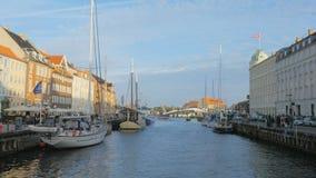 Noite ensolarada calma em Copenhaga, vista em um centro de uma de uma ponte do porto novo de Nyhavn- filme