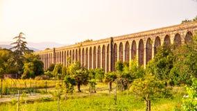 Noite ensolarada no aqueduto de Nottolini perto de Lucca, Tuscan, Itália imagem de stock royalty free