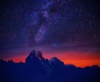 Noite estrelado na montanha imagens de stock royalty free