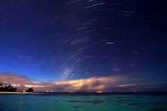 Noite estrelado no recurso tropical fotografia de stock
