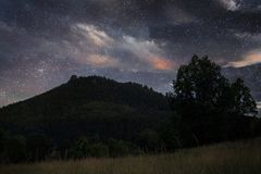 Noite estrelado sobre a montanha foto de stock royalty free