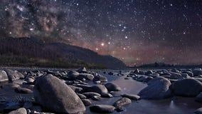 Noite estrelado sobre o rio vídeos de arquivo