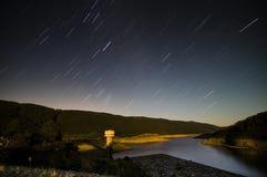 Noite estrelado sobre a represa de Thompson Foto de Stock Royalty Free