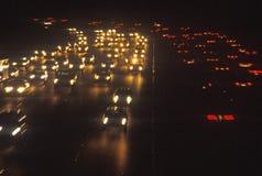 A noite ilumina-se na estrada 405 San Diego Freeway imagem de stock