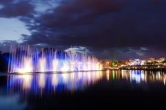 Noite iluminada da fonte Fotografia de Stock Royalty Free
