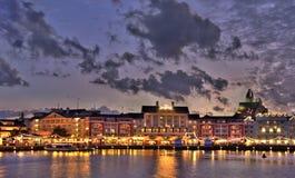 A noite iluminou o quay no lago Imagem de Stock Royalty Free