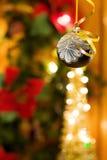 Noite mágica do Natal com bauble de prata Imagens de Stock Royalty Free