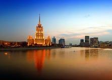 Noite Moscovo. Rio de Moscovo. Hotel Ucrânia. Imagem de Stock Royalty Free