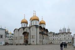 Noite na catedral de Dormition, catedral ortodoxo do russo Imagens de Stock