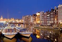 Noite na cidade de Amsterdão imagens de stock royalty free