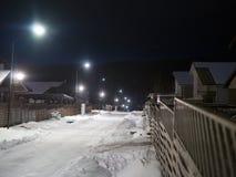 Noite na cidade pequena no inverno fotos de stock royalty free