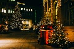 Noite na cidade Tempo do Natal Fotografia de Stock Royalty Free