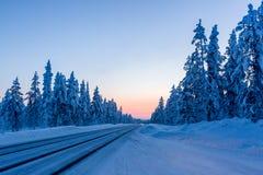 Noite na estrada do inverno em Finlandia foto de stock royalty free