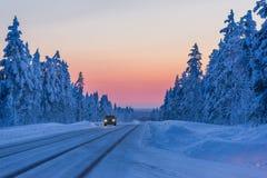 Noite na estrada do inverno em Finlandia imagem de stock royalty free