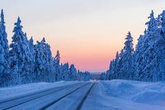 Noite na estrada do inverno em Finlandia foto de stock