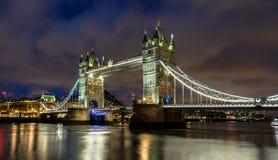 Noite na ponte da torre em Londres fotos de stock