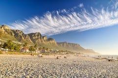 Noite na praia da baía dos acampamentos - Cape Town, África do Sul Imagens de Stock Royalty Free