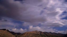 Noite nas montanhas Lapso de tempo 4K video estoque