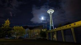 Noite nebulosa em Seattle pela agulha do espaço filme