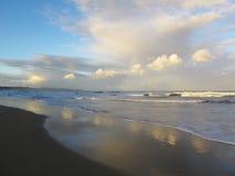 Noite nebulosa na praia de Chintsa, costa selvagem, África do Sul imagem de stock