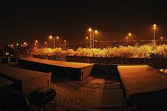 A noite nevado silenciosa entre garagens e estrada numera 13 na cidade checa de Chomutov Imagem de Stock Royalty Free