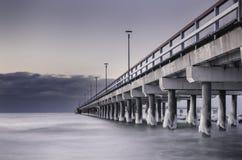 Noite no mar de congelação de Países Bálticos foto de stock royalty free