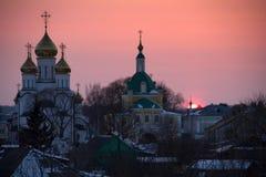 Noite no tempo de inverno em Rússia com as cúpulas da neve e da igreja ortodoxa Fotos de Stock Royalty Free