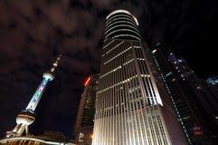 Noite oriental da torre e dos edifícios da pérola de Shanghai Imagem de Stock Royalty Free