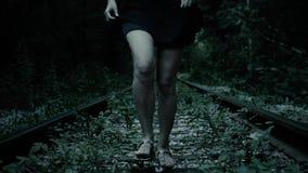 A noite, pés da fuga amedrontou a menina Trilha Railway na floresta filme