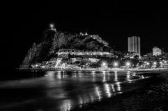 Noite pelo mar na praia de Poniente em Benidorm, Espanha foto de stock royalty free