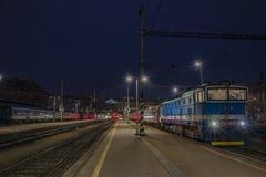 Noite perto do estação de caminhos-de-ferro na cidade de Brno Foto de Stock Royalty Free