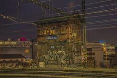 Noite perto do estação de caminhos-de-ferro na cidade de Brno Fotografia de Stock