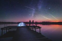 Noite que acampa no lago imagem de stock
