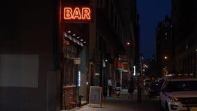 Noite que estabelece o tiro da barra em Manhattan vídeos de arquivo