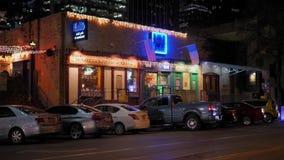 Noite que estabelece o tiro das barras e dos restaurantes em Austin filme