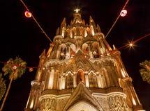 Noite San Miguel de Allende Mexico da igreja de Parroquia imagem de stock