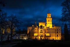 Noite sobre o castelo Hluboka nad Vltavou na república checa fotos de stock royalty free
