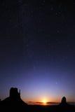 Noite Starring sobre o parque do vale do monumento Foto de Stock
