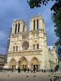 Noite Sun em Notre Dame Cathedral, Paris fotos de stock