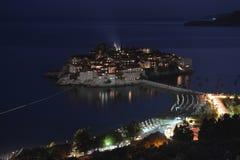 Noite Sveti Stefan, ilhota pequena e recurso em Montenegro. imagens de stock royalty free