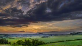 Noite tormentoso do verão sobre o vale de Meon, penas sul parque nacional, Reino Unido fotos de stock