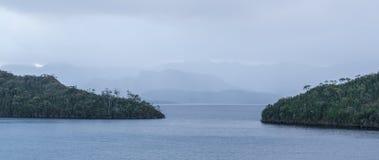 Noite tranquilo no lago Pedder com os montes bonitos mostrados em silhueta Foto de Stock Royalty Free