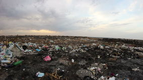 Noite trashcan da cidade na reciclagem do por do sol filme