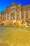 Noites romanas mágicas em Fontana di Trevi imagem de stock