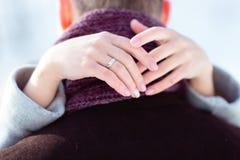 A noiva abraça o pescoço do ` s do noivo Foto de Stock Royalty Free
