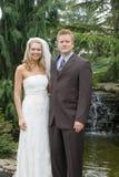 Noiva & noivo na frente da cachoeira Fotografia de Stock