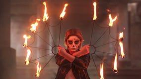 Noiva assustador com composi??o em sua cara que guarda tochas ardentes Halloween vídeos de arquivo