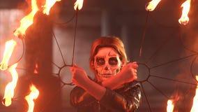 Noiva assustador com composi??o em sua cara que guarda tochas ardentes Halloween video estoque