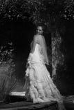 Noiva bonita ao lado da fonte do pátio Imagens de Stock